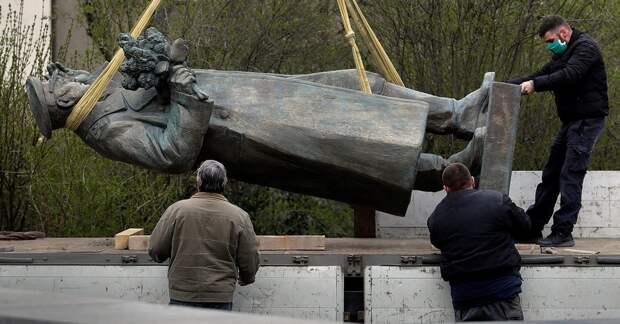 Россия будет карать русофобов Польши и Прибалтики тюрьмой за снос памятников