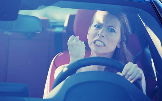 Семейные войны: жена раскурочила автомобиль неверного супруга. А попутно - и свой