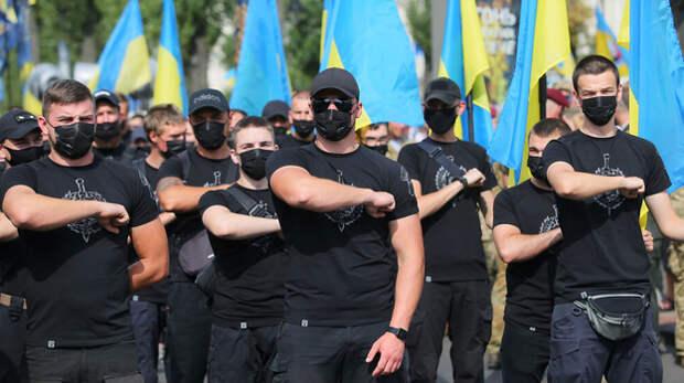 В Киеве националисты нападают на людей с цветами