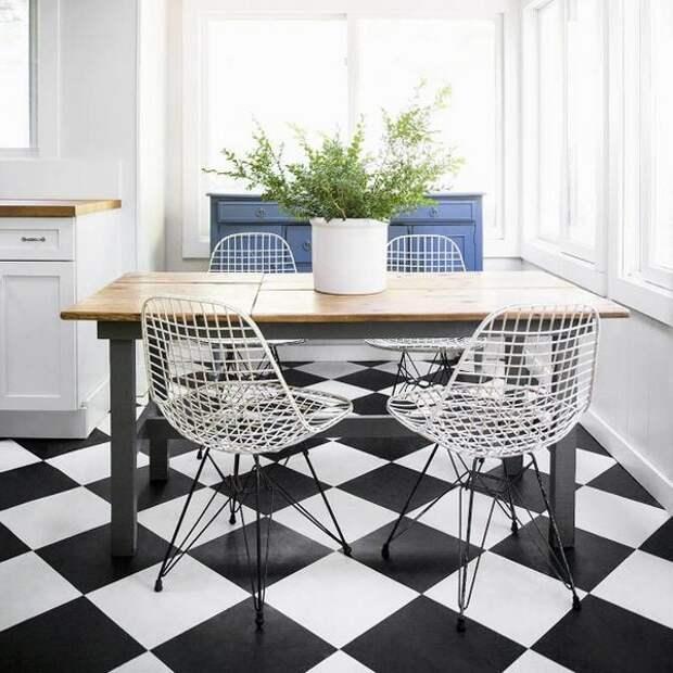 Просто, со вкусом: универсальная черно-белая плитка для оформления пола на кухне