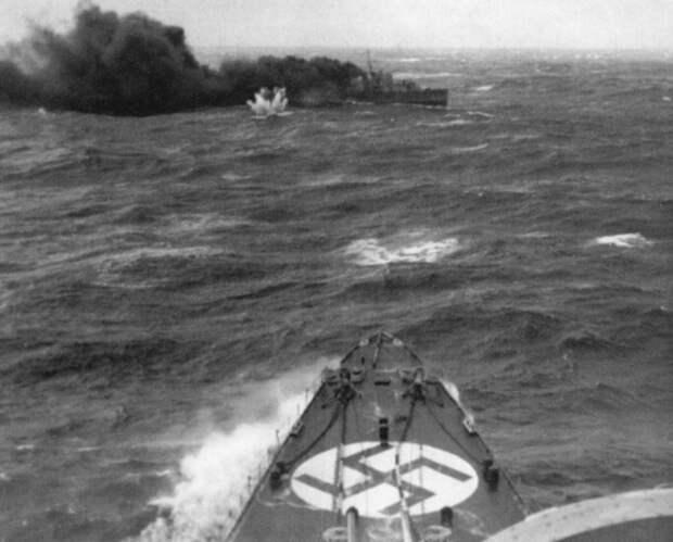 Немецкий тяжелый крейсер «Адмирал Хиппер» атакует британский эсминец «Глоуворм». Северное море, неподалеку от порта Нарвик Великая отечественая война, архивные фотографии, вторая мировая война