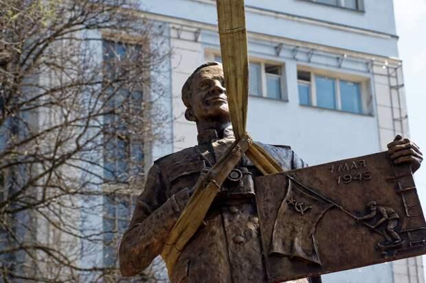 320-килограммовый бронзовый памятник легендарному фотографу Победы Евгению Халдею установили в центре Донецка. Об этом...