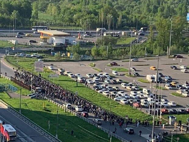 Толпа мигрантов перекрыла шоссе в Подмосковье