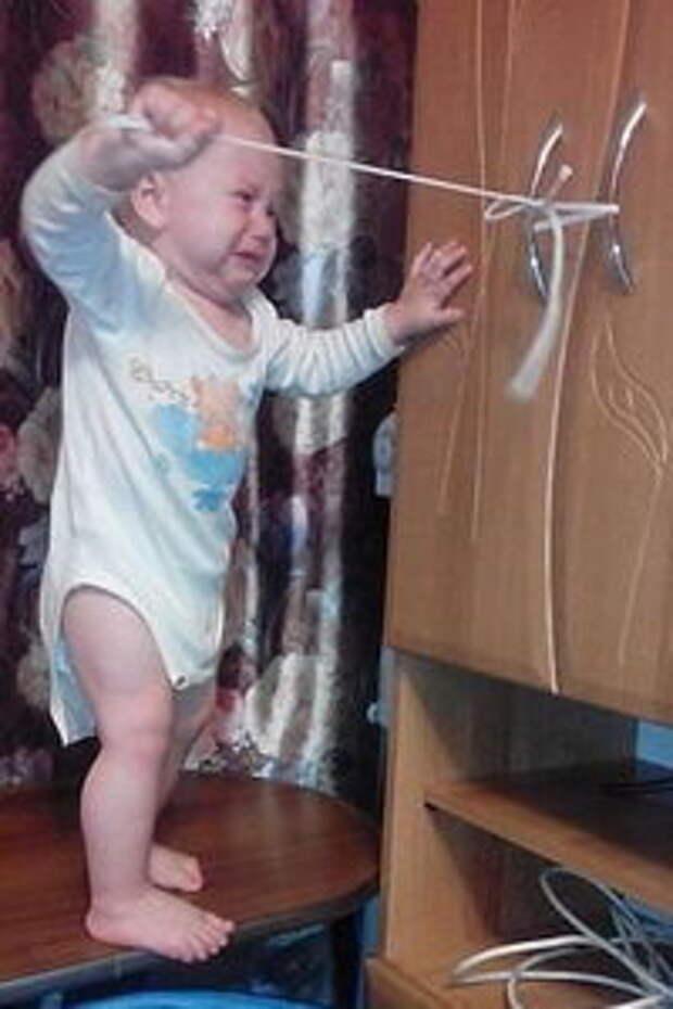 Ребенок и шкаф