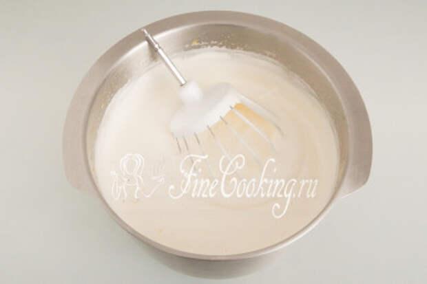Взбиваем куриные яйца с лимонным сахаром с помощью миксера на высокой скорости до плотной светлой пены около 5-7 минут