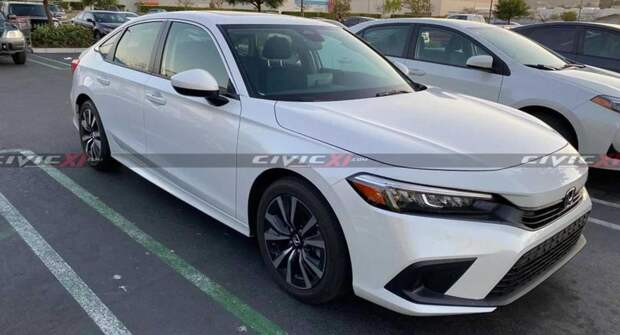 Седан Honda Civic 2022 модельного года замечен на стоянке супермаркета в Соединённых Штатах