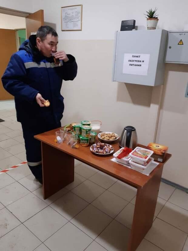 На Заповедной организовали пункт обогрева и питания для коммунальщиков
