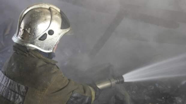 Крыша горящего гаражного здания обрушилась на северо-востоке Москвы