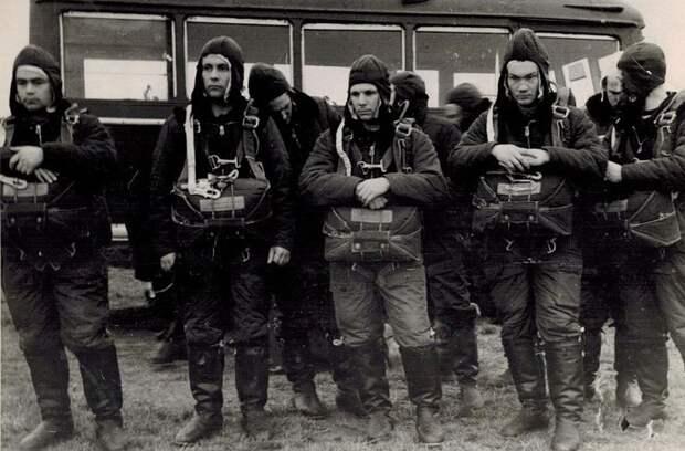 Отряд космонавтов на парашютной подготовке в г. Энгельсе.