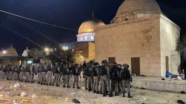 СМИ: Полиция Израиля выгнала палестинцев измечети Аль-Акса