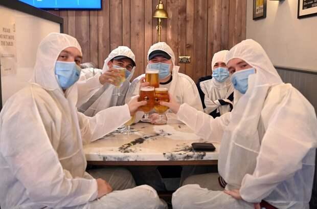 Дебош и8 млн литров выпитого пива: вБритании открываются пабы после карантина