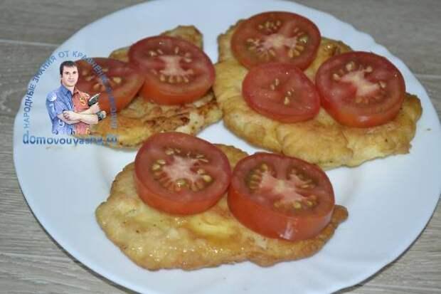 Куриная отбивная с помидорами и сыром