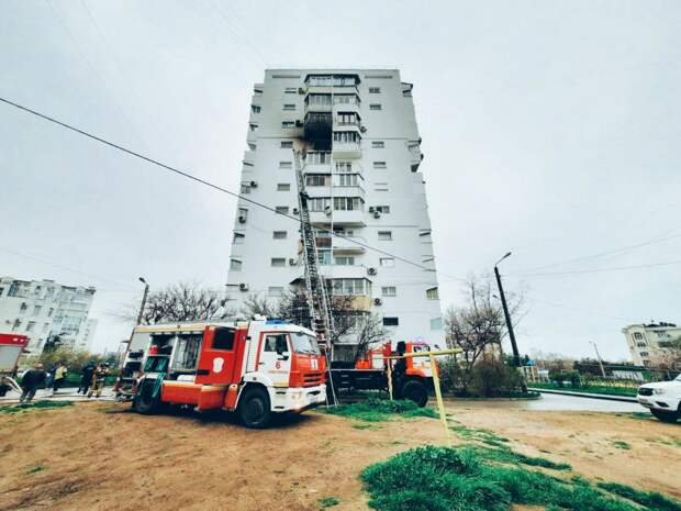 Четырех людей спасли из горящей многоэтажки в Севастополе