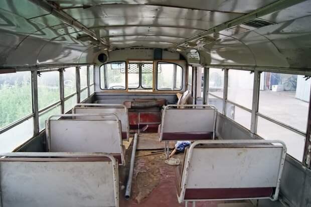 Вид салона бывшей лаборатории вперёд. Сиденья ''донорские'', но их здесь неполный комплект ЗИЛ-158В, авто, автобус, зил, лиаз, олдтаймер, реставрация, рето автобус