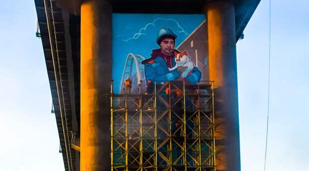 Появилось видео создания уникальной картины на опоре Крымского моста