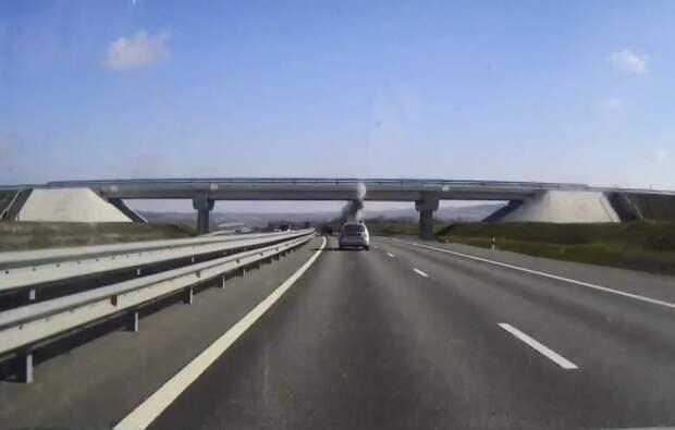 Грузовик повредил мост на трассе «Таврида»