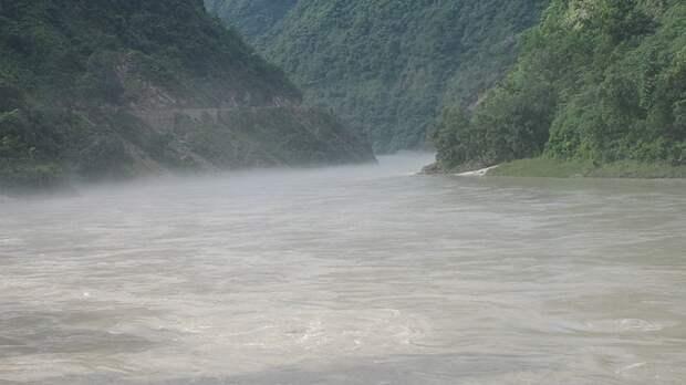 Тела шести скончавшихся от COVID-19 человек выловили из реки Ганг в Индии