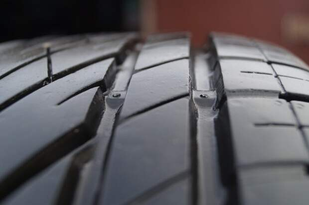 Замеряем высоту протектора шины при помощи монеты. Хитрый способ