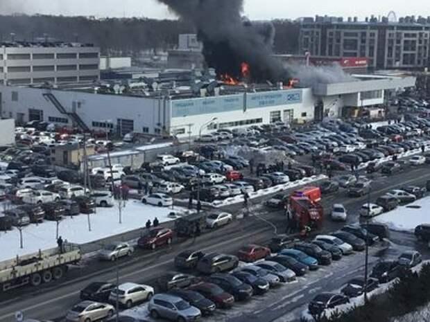 На севере Санкт-Петербурга горит автоцентр Hyundai