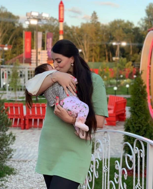 «Там шеи нет!»: фанаты назвали дочь Рапунцель ребенком Черно из-за внешности, но Ольга обвиняет операторов