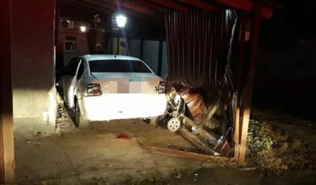 Школьник наотцовской машине перепутал педали ипротаранил забор наСтаврополье