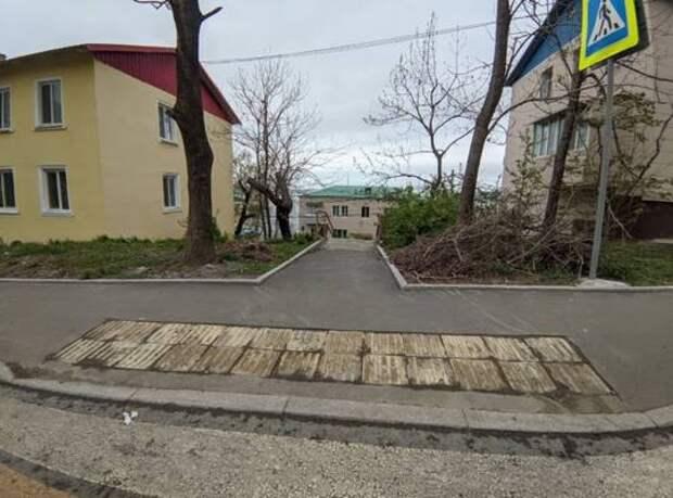 В крошку: рассыпавшуюся тактильную плитку во Владивостоке обещают восстановить летом