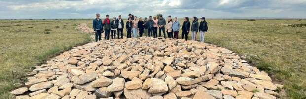 Для школьников организовали экспедицию на могильник в Каражартас в Карагандинской области