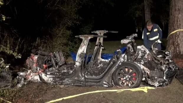 Электромобиль Tesla на автопилоте устроил ДТП с двумя погибшими