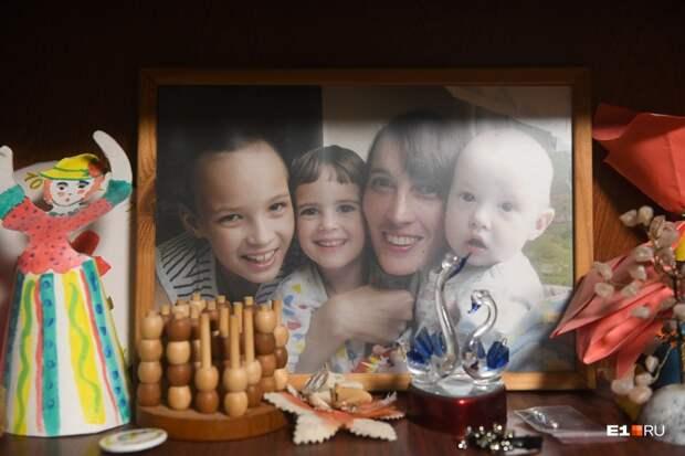 Надежда со своими детьми — старшим Львом, Любой и Ваней