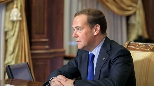 """Насколько же сильно """"напортачил"""" Медведев с заявлением о вакцинации, что пришлось вмешаться Путину"""
