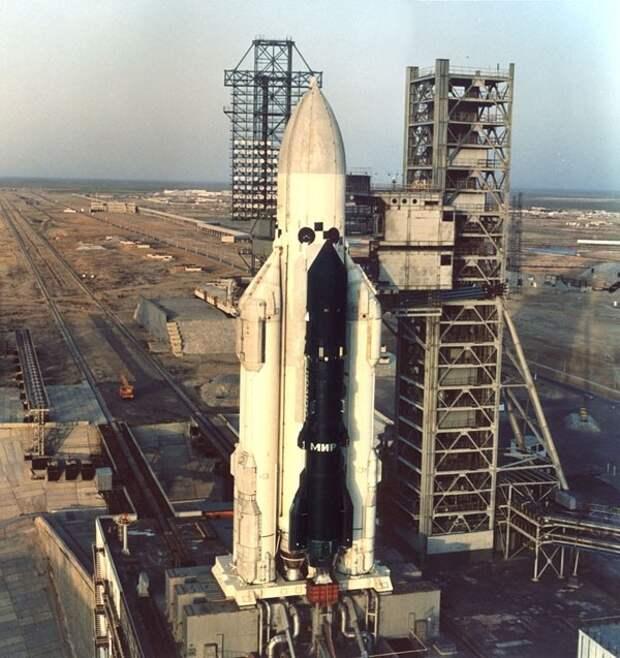 Именно такой Королев видел свою Марсианскую и Лунную ракету. Королев Глушко Луна Н 1 Бабакин Луноход, СССР, космос