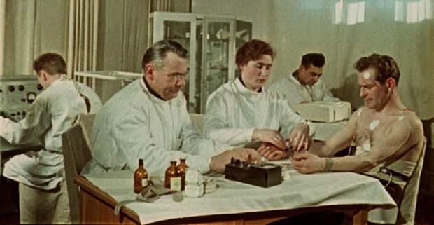 Медицинское обследование проходит будущий космонавт Герман Титов.