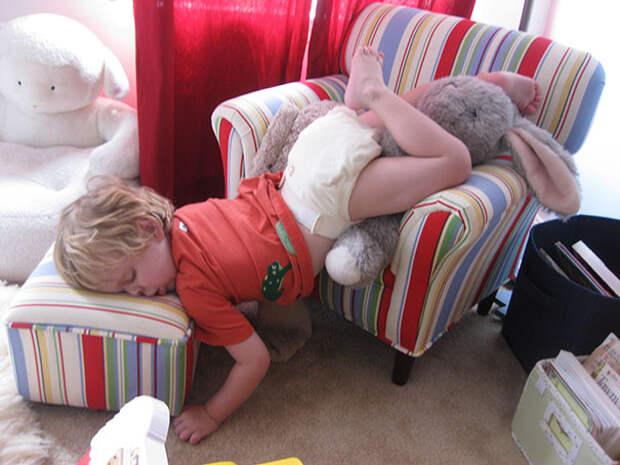 10 угарных фото, которые доказывают, что дети могут уснуть в любом месте