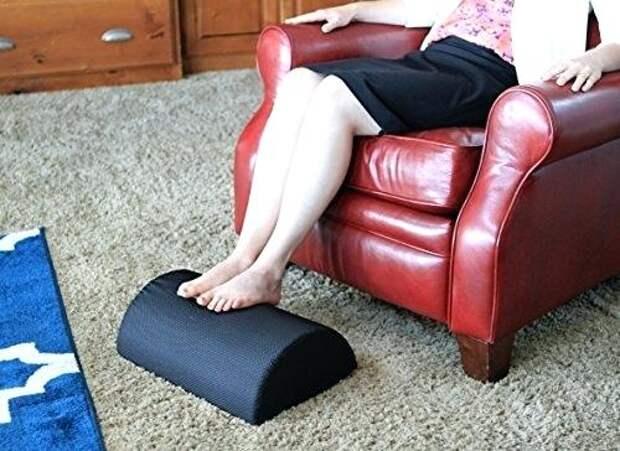 Простая переделка ящика из-под тумбочки в мягкую подставку под ноги