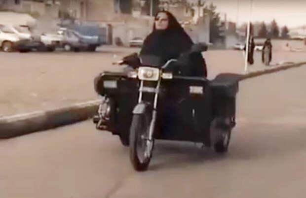 Женщина-инвалид сделала уникальный мотоцикл и ездит на нем без прав