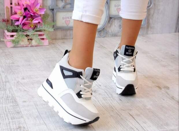 Кроссовки на высокой подошве: куда и с чем их носить