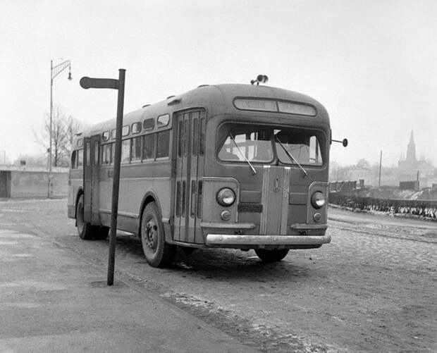 ЗИС-154 с электромеханической трансмиссией —  первый советский послевоенный автобус