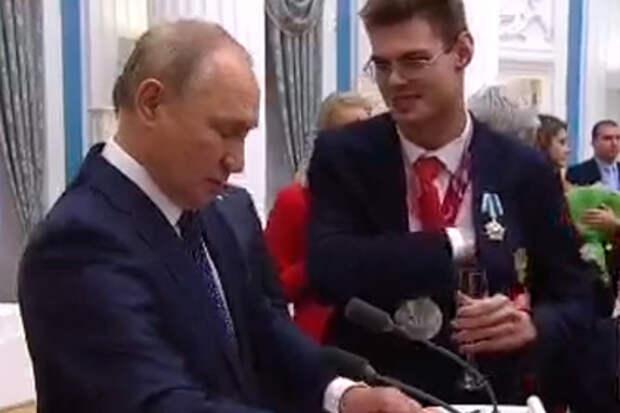 Серебряный призер Паралимпийских игр в Токио попросил Путина поставить автограф в его паспорте