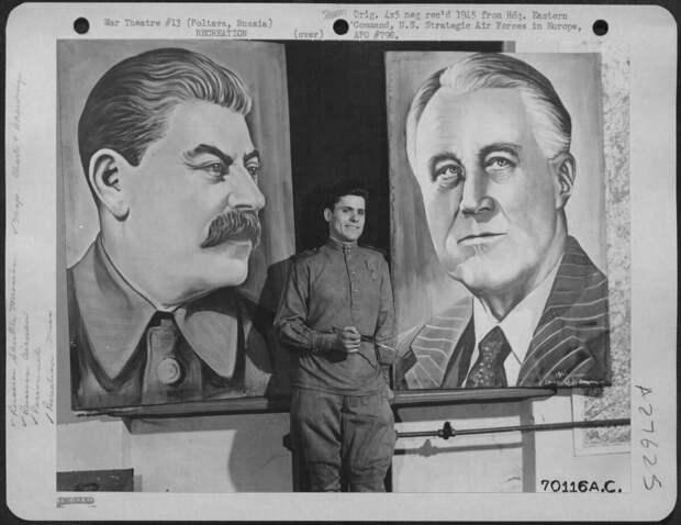 Советский солдат нарисовал портреты президента Франклина Рузвельта и руководителя СССР Иосифа Сталина. Портреты были размещены в фойе американо-советского театра авиабазы «Полтава».