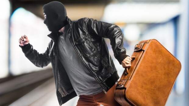Настойчивый продавец проникнул в квартиру и ограбил чету пенсионеров в Москве