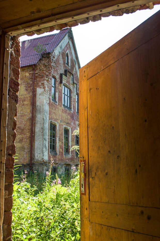 Вид на господский дом из здания служб