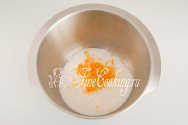 В посуду для замеса теста насыпаем 150 граммов сахара и добавляем к нему измельченную лимонную цедру