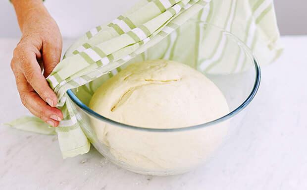 Соединяем муку с сыром и через 10 минут ставим на стол выпечку вкуснее чебуреков
