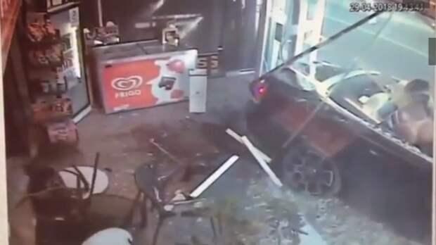 Кабриолет с полуголыми барышнями врезался в табачную лавку