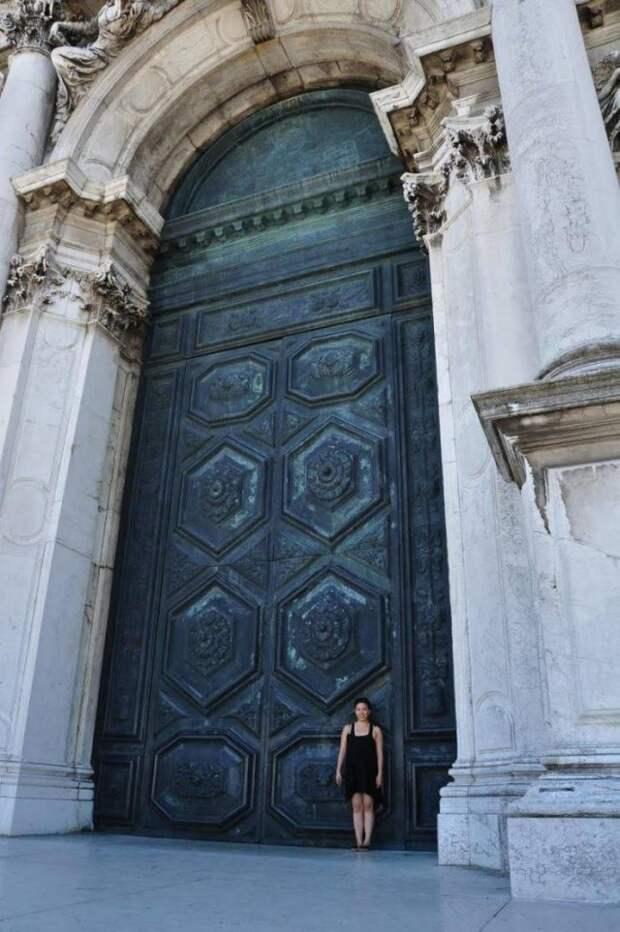 Огромная дверь и девушка