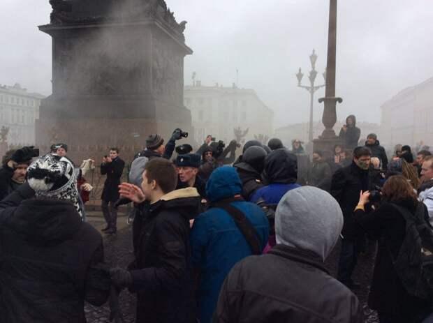 Сторонники Навального на Дворцовой площади в Петербурге забросали шашками машину полиции
