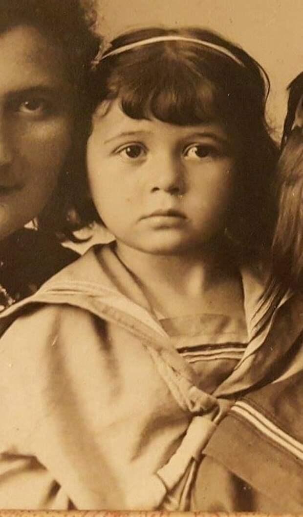 На изображении может находиться: 1 человек, ребенок и часть тела крупным планом