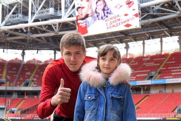 Игрок «Спартака» оплатил протез девочке с Алтая и провел для нее экскурсию по стадиону