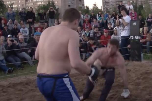 Зритель из толпы вышел на ринг и наказал самоуверенного ММА-бойца