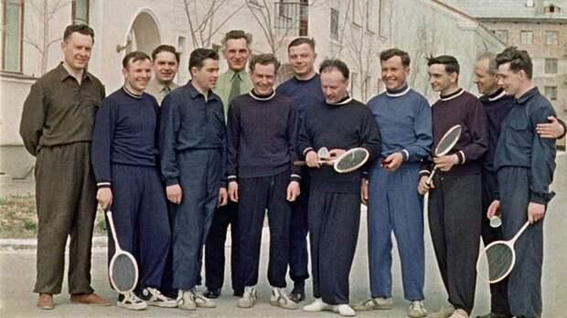 Слушатели отряда космонавтов на физподготовке. 1960 г.